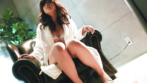 Suzanna - 很日本美女玩具敲打她又湿又紧的poonany - 图片 1