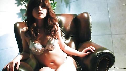 Suzanna - 很日本美女玩具敲打她又湿又紧的poonany - 图片 2