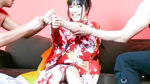 Chiharu - Chiharu ให้ blowjob และร่วมเพศญี่ปุ่นในชุดกิโมโนของเธอ -  9 รูปภาพ