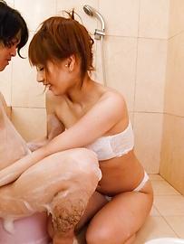 Tiara Ayase - Ayara Tiara Ayasese在浴缸裏給日本口交 - 圖片12