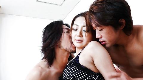 Yuu Shiraishi - Yuu Shiraishi聯手,由兩個角質柱體內射精 - 圖片2