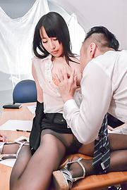 Rina Mayuzumi - 沿大乳房里娜 Mayuzumi 办公室白天辛苦 - 图片 1