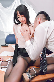 Rina Mayuzumi - 沿大乳房里娜 Mayuzumi 办公室白天辛苦 - 图片 2