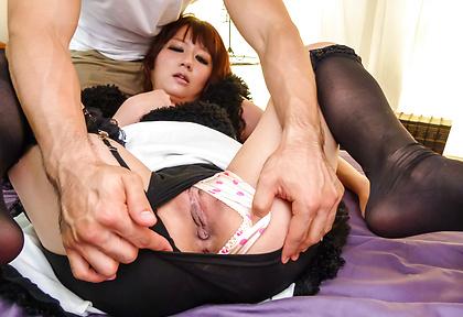 性感女僕Yurika Miyachi給予雙重打擊室內工作