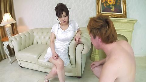 Miina Kanno - ร้อน MILF กับน้องตั๊ดในระหว่างประสบการณ์โฮมเมดรึเปล่า -  2 รูปภาพ