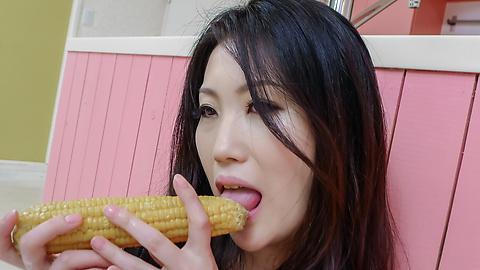 Naomi Sugawara - Naomi Sugawara gives herself an anal japanese fucking with vegetables - Picture 6