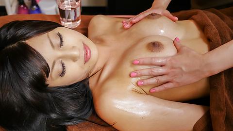 Ayaka Fujikita - Japanese masturbating along steamy masseuse Ayaka Fujikita - Picture 4