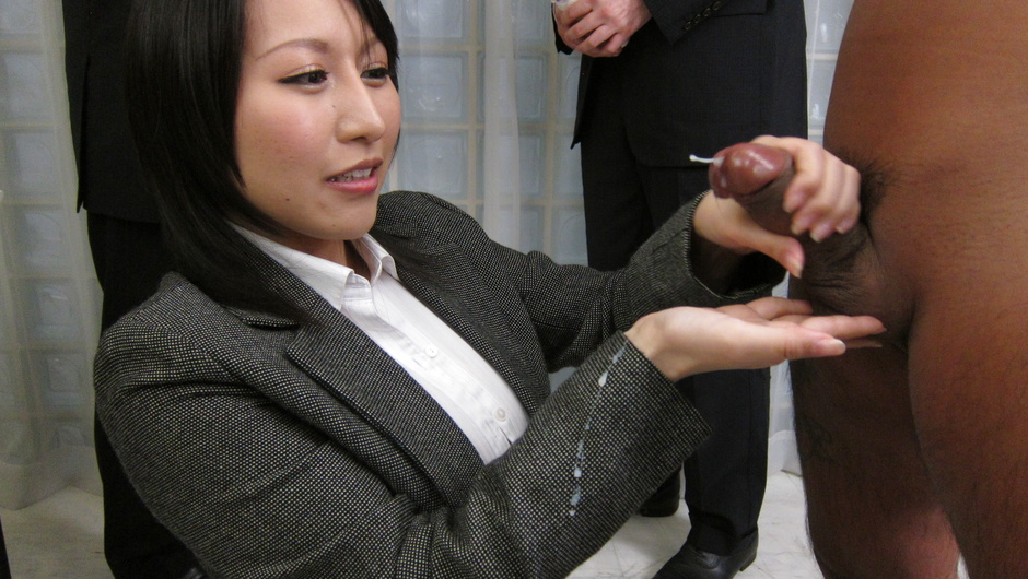 Yuuna Hoshisaki jerks him off for asian cumshots in public