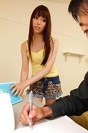 Moe Sakura - โม Sakura ให้ด้งญี่ปุ่นครั้งแรกและ fucks สองคน -  1 รูปภาพ