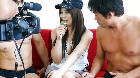 Karen Natsuhara - เอเชีย Karen natsuhara เพลิดเพลินกับสอง Cocks -  8 รูปภาพ