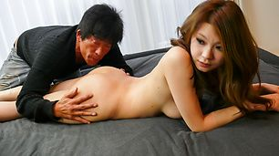 Busty MILF Arisa Kuroki memberikan asian blowjobs dan rides cock
