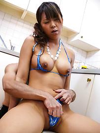 Maki Sakashita - 豐滿的比基尼撫摸著小猫 - 圖片10