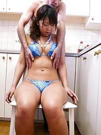 Maki Sakashita - 豐滿的比基尼撫摸著小猫 - 圖片1