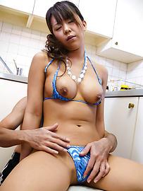 Maki Sakashita - 豐滿的比基尼撫摸著小猫 - 圖片7
