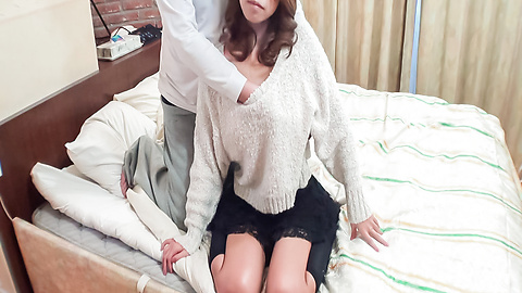 Miku Natsukawa - Miku Natsukawa gives an asian blowjob and shows off her ass - Picture 2