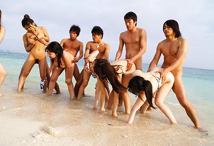 夏の青い海白い砂浜で肉弾乱交ファック!