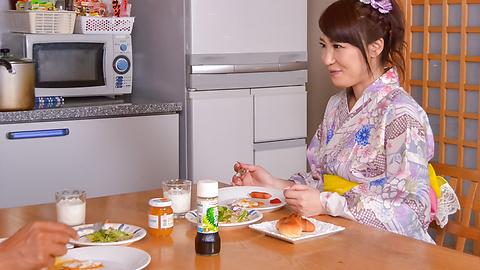 篠田涼花 - 生ハメ盛りの美人妻~野菜オナニー - Picture 2