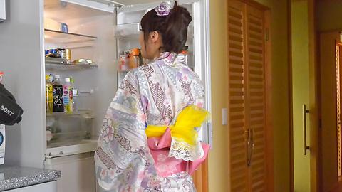 篠田涼花 - 生ハメ盛りの美人妻~野菜オナニー - Picture 7