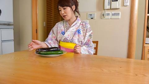 篠田涼花 - 生ハメ盛りの美人妻~野菜オナニー - Picture 8