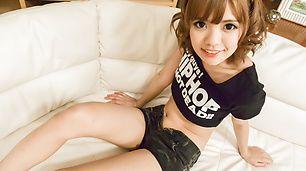 在日本的吹箫中,她的头上下摆动。