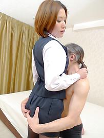 Emi Orihara - Emi Orihara exposes her full of cum crack - Picture 3