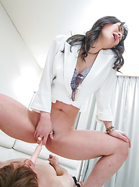 Ayumi Iwasa - อายูมิวาให้งานเท้าเอเชียและนั่งบนใบหน้าของเขา -  11 รูปภาพ