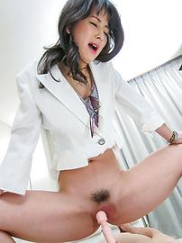 Ayumi Iwasa - อายูมิวาให้งานเท้าเอเชียและนั่งบนใบหน้าของเขา -  6 รูปภาพ