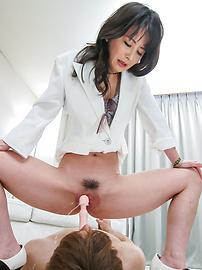 Ayumi Iwasa - อายูมิวาให้งานเท้าเอเชียและนั่งบนใบหน้าของเขา -  7 รูปภาพ