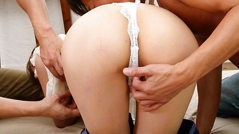 Maomi Nagasawa - ที่รักภาษาญี่ปุ่นมาโอมิ นางาซาว่าเครื่องถังใน Threesome -  4 รูปภาพ
