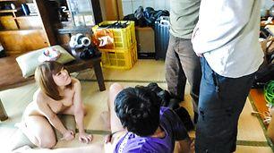 Yuri Hyuga menyediakan blowjob Asia di threesome