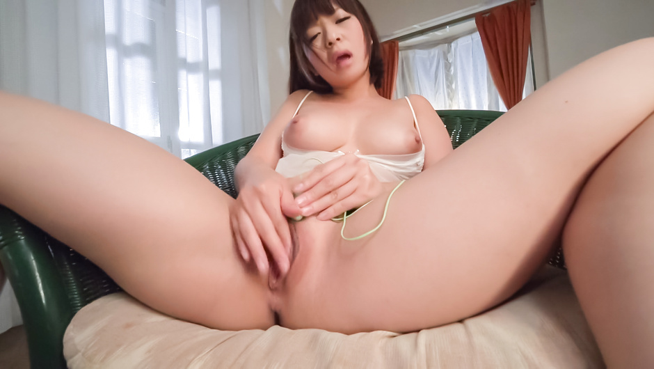 Wakaba Onoue finger fucks pussy and shakes the big tits