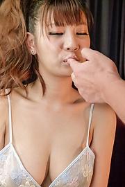 Natsuki Shino - 夏希四野服务他与日本的口交 - 图片 5