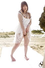 秋元まゆ花 - 白い砂浜ではめたいの!秋元まゆ花 - Picture 5