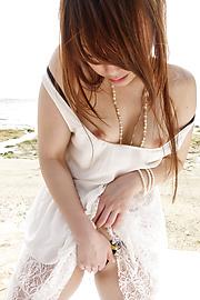 秋元まゆ花 - 白い砂浜ではめたいの!秋元まゆ花 - Picture 6
