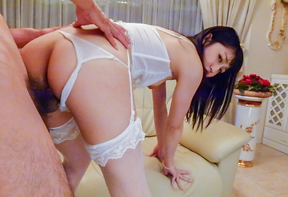 Reo Saionjin沿著彎曲的屁股Asia射精