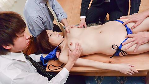 Chihiro Akino - 亚洲女孩给口交了两个硬迪克 - 图片 6