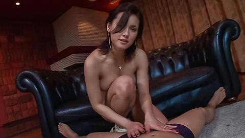 Maria Ozawa - 弯曲的屁股日本细心照顾两只公鸡 - 图片 1