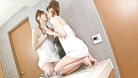 辣妹Nana Kinoshita在浴室一個優美的獨唱時間