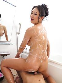 Reiko Kobayakawa - Soapy Japanese handjob withReiko Kobayakawa - Picture 10