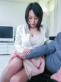 Yuuna Hoshisaki - Busty Yuuna Hoshisaki gives an asian blow job and drips a creampie - Picture 2