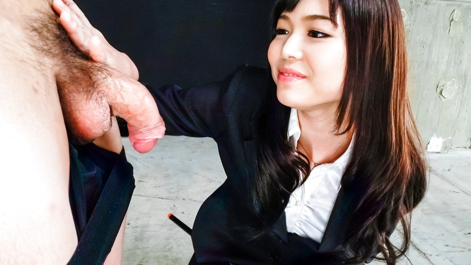 Megumi Shino menjilati penis dan menikmati seks threesome