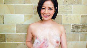 3Minami Asano trong khi tắm trong chơi với mèo con.