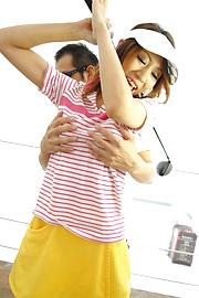 Ren Ito - Ren在高爾夫風景結束了迪克她的陰道 - 圖片1
