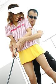 Ren Ito - Ren在高爾夫風景結束了迪克她的陰道 - 圖片3