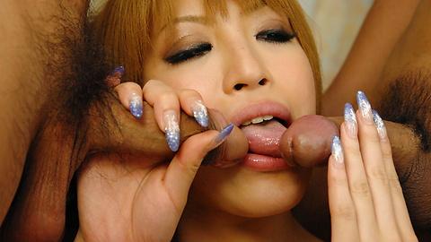 Hatsuka - Hatsuka 在性感的红色内衣操了两个阳具 - 图片 2