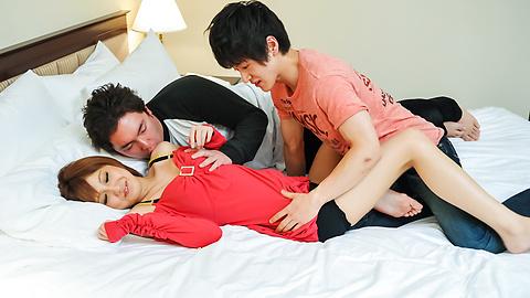 Kaorii - สาวเอเชียให้ blowjob ใน Threesome สกปรกไหม -  1 รูปภาพ