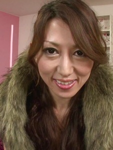 Tsukasa Makino - Tsukasa Makino gets shared by two hunks in threesome  - Screenshot 1