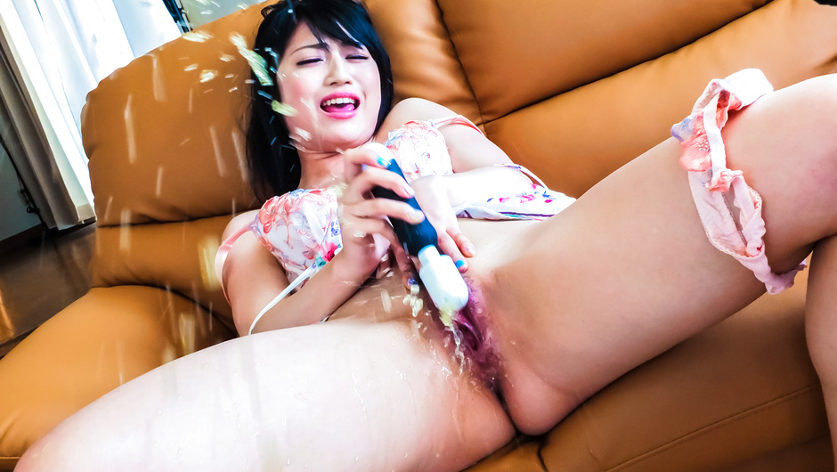 Solo girl amazes with pure Asian squirting moments