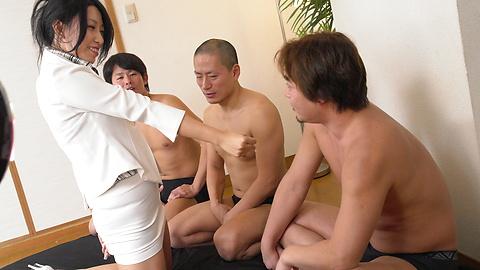 Chris Ozawa - โกนหีของ Chris โอซาวะได้รับระยำโดยผู้ชายสามคน -  1 รูปภาพ