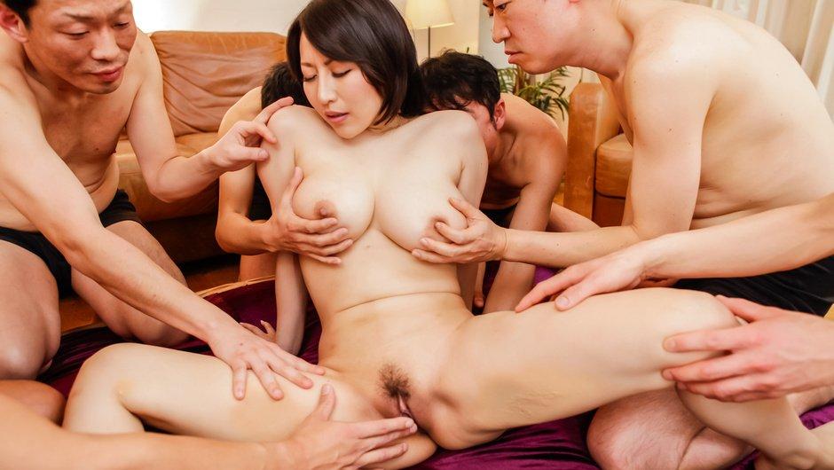 Busty Yuuna Hoshisaki gives an asian blow job and fucks a gang